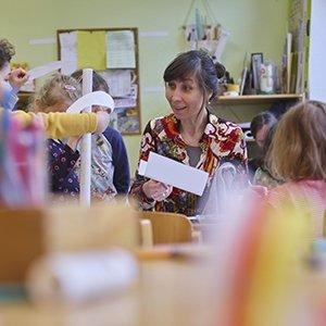 Kinder in einer Kita in Leipzig mit Erzieherin Foto: Martin Jehnichen