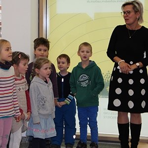 Sozialministerin Barbara Klepsch mit Kindern des Integrativen Kindertagesstätte der Evangelischen Behindertenhilfe Dresden e.V.